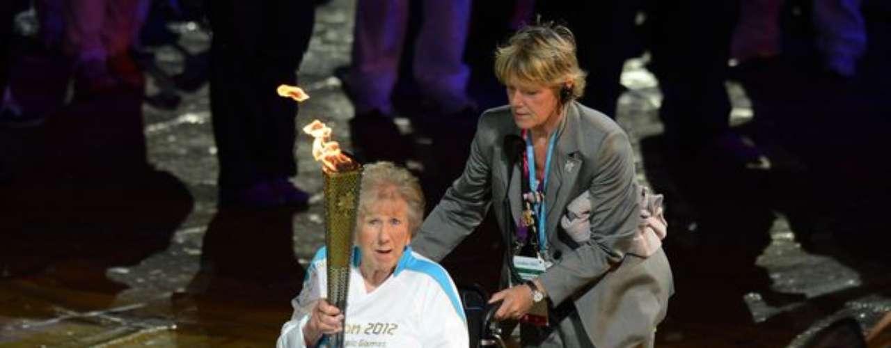 Primera medallista de Gran Bretaña en una edición de Juegos Paralímpicos, Margaret Maughan enciende el pebetero en la ceremonia de apertura en Londres.