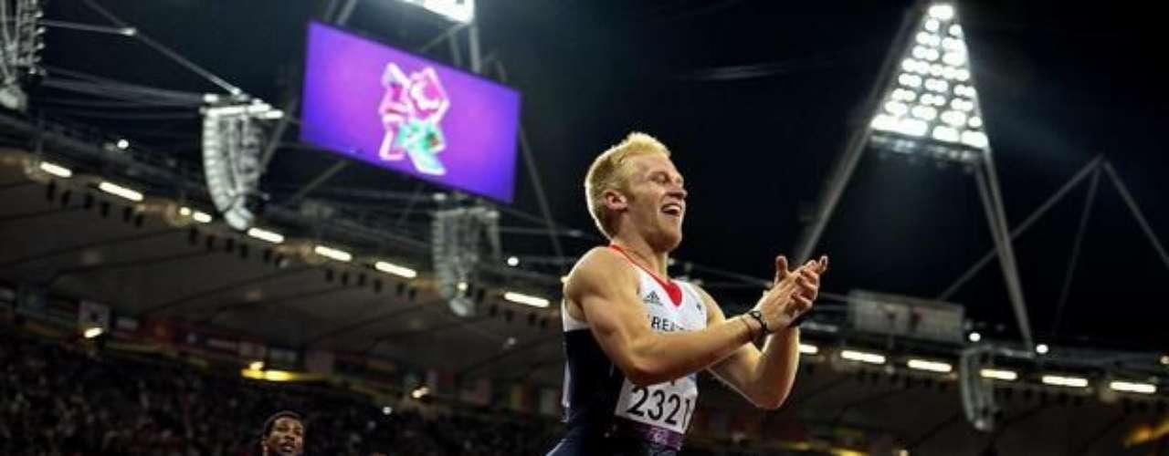 Británico Jonnie Peacock festeja la victoria en los 100 m T44. Oscar Pistorius, de Sudáfrica, y Alan Fonteles, de Brasil, terminaron fuera del podio.