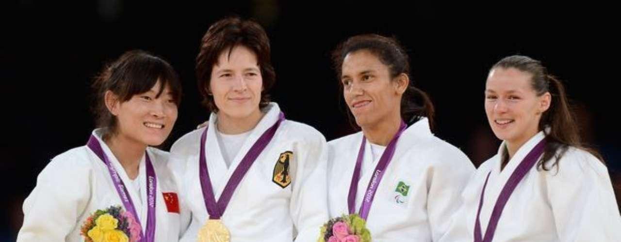Michele Ferreira sube al podio en la categoría de hasta 52 kg del judo, para recibir el bronce, la primera medalla de Brasil en los Juegos Paralímpicos de Londres. La judoca venció a la francesa Sandrine Martinet por W.O.