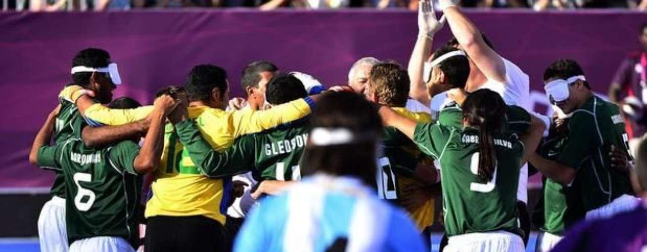 La selección brasileña de fútbol 5 festeja la clasificación para la final después de derrotar a su clásico rival, Argentina, en los penales.