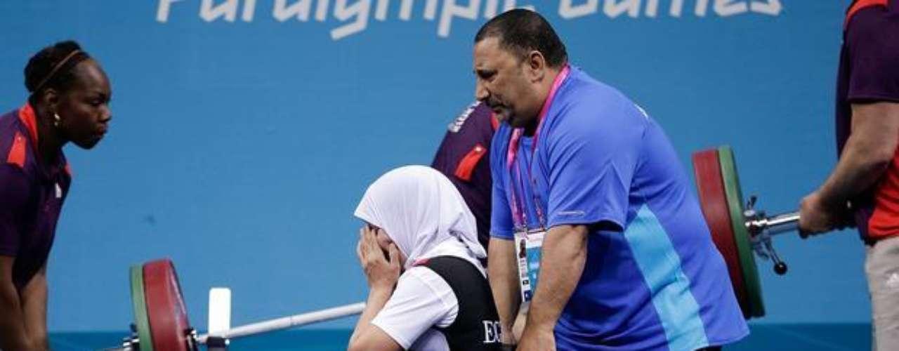Usando un hijab, tradicional en su país, la egipcia Zeinab Oteify se emociona tras lograr levantar el peso en la categoría de hasta 44 kg de halterofilia. Terminó en 4º lugar después de alzar 95 kg.