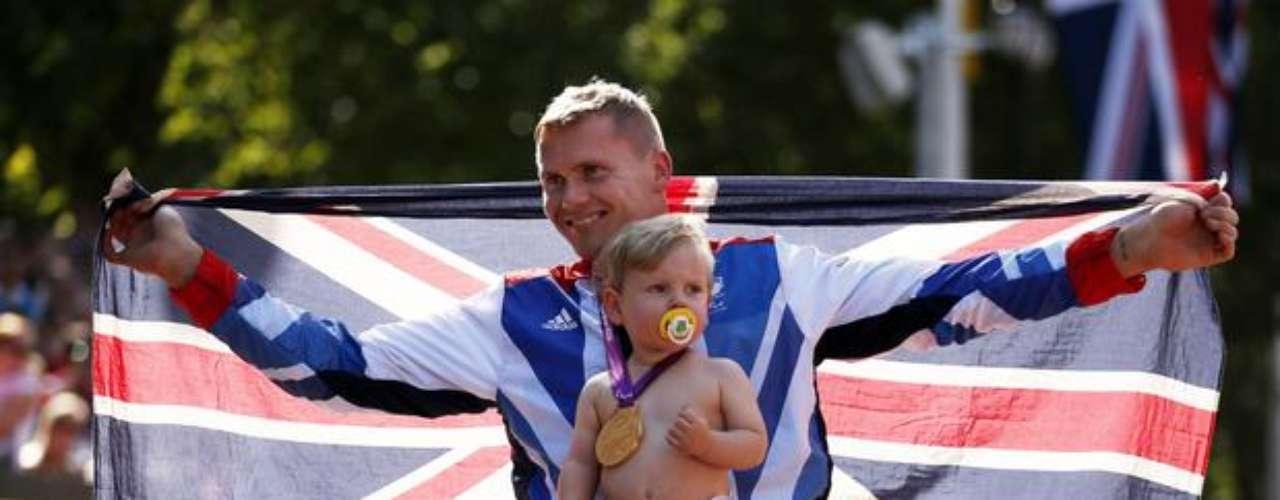 El maratón T54, última prueba individual de los Juegos Paralímpicos de Londres, fue escenario de uno de los momentos más bonitos de la competición. Campeón de la prueba, el británico David Weir tuvo que \