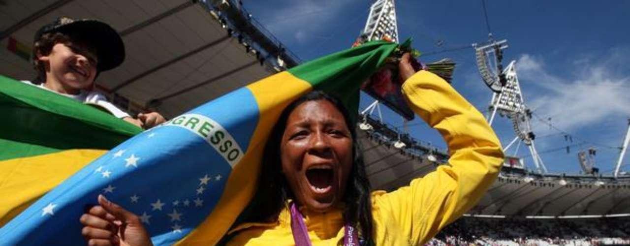 La brasileña Shirlene Coelho festeja la victoria, con récord mundial, en el lanzamiento de jabalina de la clase T37/38.
