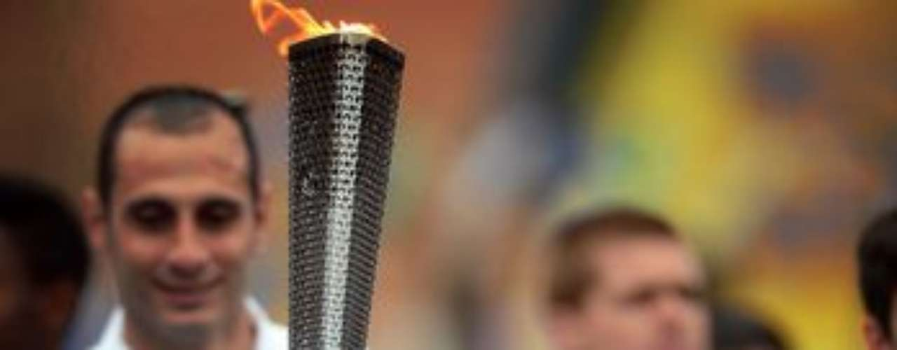 Los principales medallistas paralímpicos del deporte adaptado brasileño Clodoaldo Silva (foto) y Ádria dos Santos, con 13 medallas cada uno, participan del relevo de la antorcha de Londres 2012 algunas horas antes de la ceremonia de apertura de los Juegos.