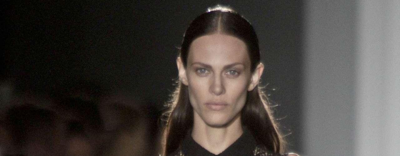 Los diseños de Victoria Beckham son sobrios, rectos y elegantes. Antes del desfile, Vicky confesó en Twitter que llevaba días sin dormir.