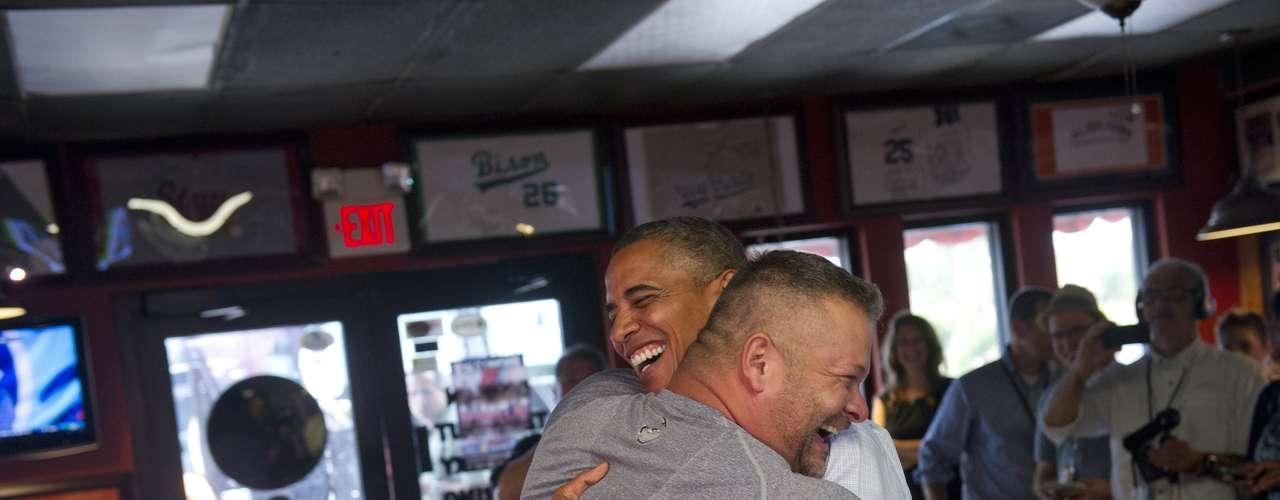 Obama señaló que había detenido su ómnibus blindado negro ante la tienda de pizzas debido a que Van Duzer había movilizado a una enorme cantidad de donantes de sangre.