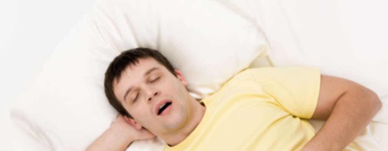La persona que ronca tiene sueño durante el día, a menudo se despierta durante la madrugada, amanece con dolor de cabeza y transpira excesivamente durante el sueño. Sólo con estos signos se recomienda una consulta con un especialista para investigar  en cuánto está comprometida la calidad respiratoria.