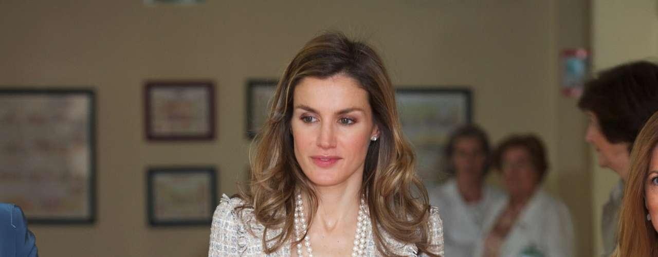 Fanática del tejido tweed, doña Letizia combina chaquetas de este tipo con collares de perlas consiguiendo así un look sofisticado. De nuevo, un look monocolor en gris que le favorece sobremanera.