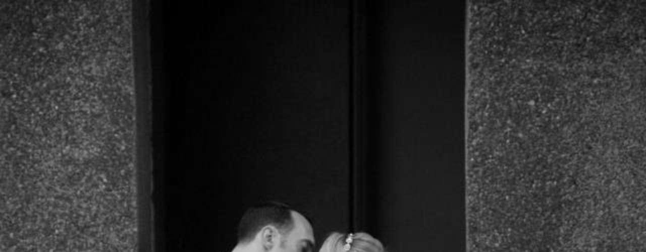 Hay besos de compromiso, de bodas, entre hombres y mujeres.