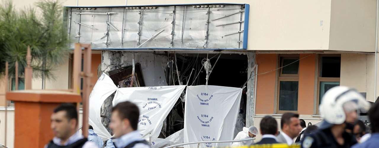 Una persona murió y varias resultaron heridas por la explosión de una bomba activada por un kamikaze frente a una comisaría en los suburbios de Estambul, informó el canal NTV y la agencia Anatolia.