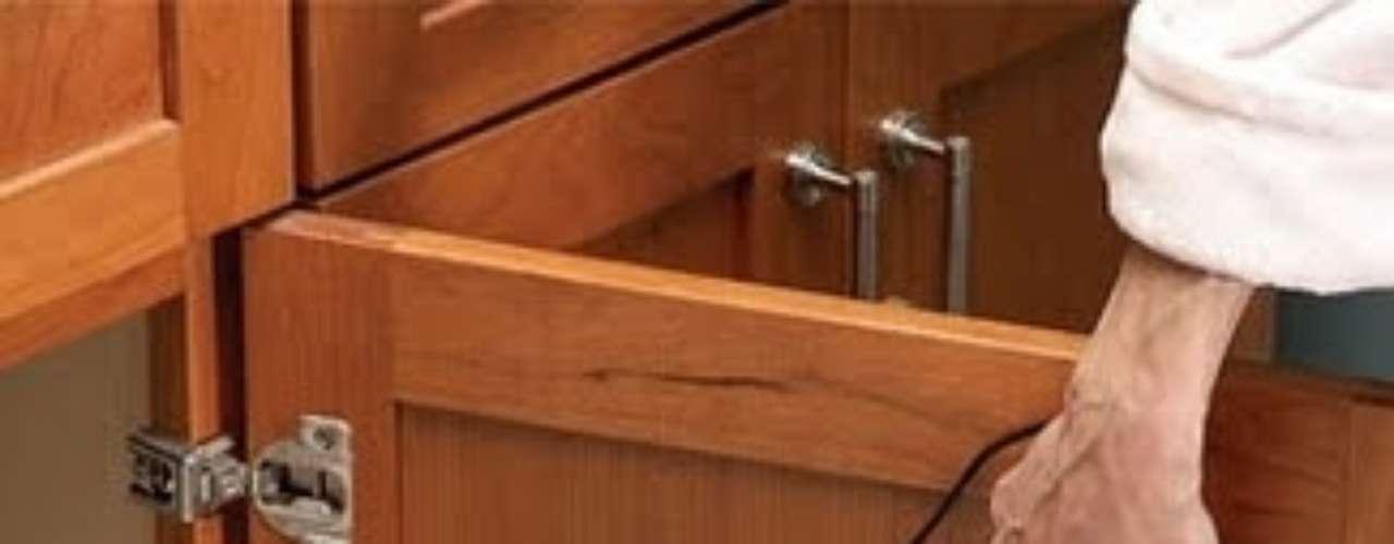Guardá planchitas y rizadores en tubos PVC colocados en el interior de las puertas.