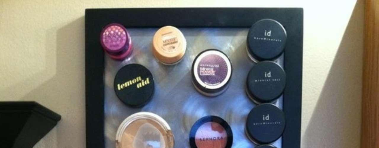 Colocá una placa imantada para organizar el maquillaje.