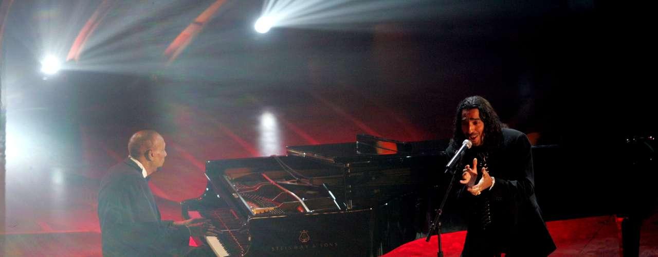 Hablar de El Cigala es recordar a Bebo Valdés. Este dúo supo congeniar y crear magia sonora desde el disco 'Corren tiempos de alegría', pero el máximo esplendor musical de esta pareja fue en el multi premiado 'Lágrimas negras' de 2002. Producido por Fernando Trueba, la producción encontró la voz más visceral del español empapada por el dolor del piano del cubano.