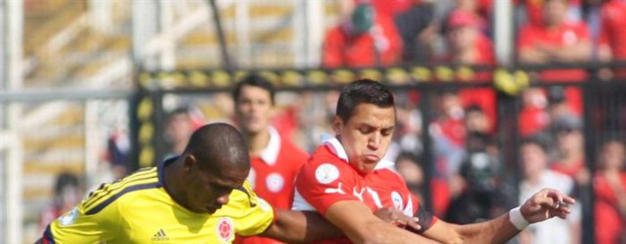 Edwin Valencia tuvo un poco de responsabilidad en el gol, recuperó un balón saliendo del área y decidió enganchar hacia el centro, allí fue derribado por Matías Fernández quien recuperó y marcó el primero de los chilenos antes de terminar la primera parte. Alexis Sánchez por momentos intentó echarse el equipo al hombro pero fue controlado por la defensa colombiana.