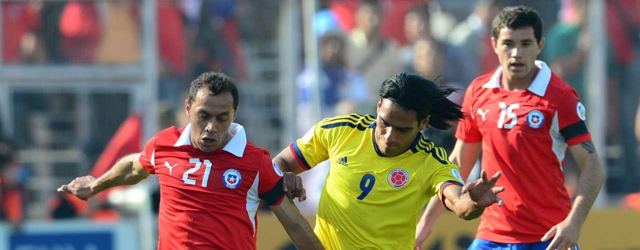 Falcao luce más cómodo jugando con la selección, tuvo varias jugadas donde encaró pero fue superado por la defensa chilena, Radamel tuvo un remate de cabeza que se fue por poco tras un tiro de esquina en un momento donde Colombia controlaba el partido.