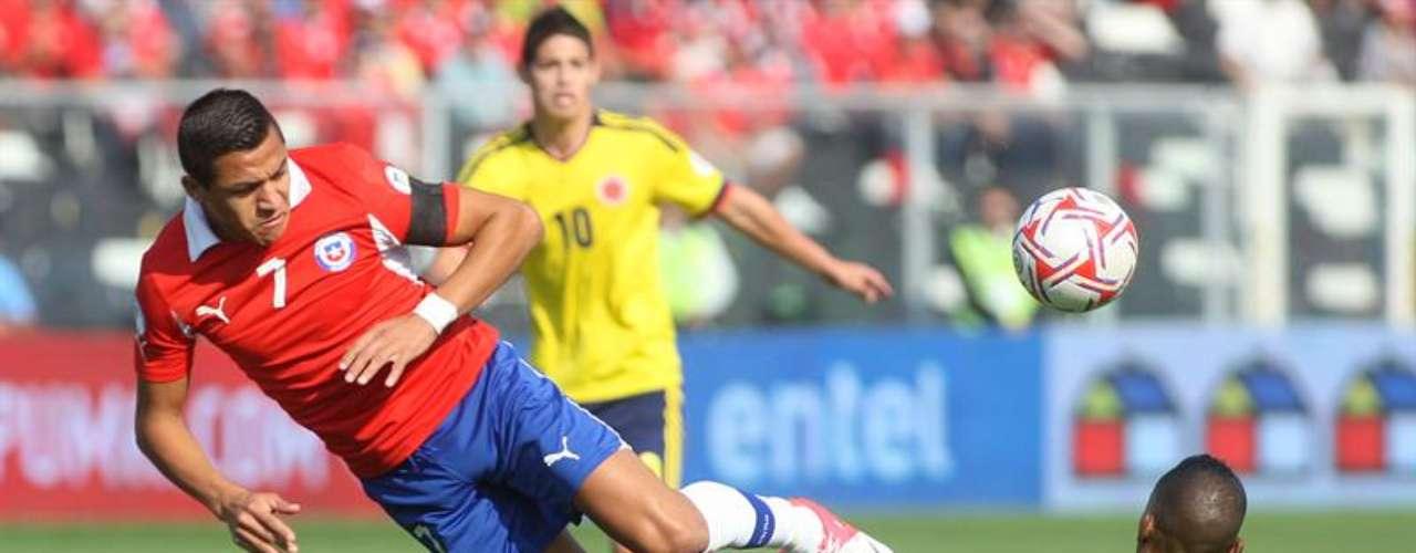 Colombia jugó un buen primer tiempo en Santiago, presionó a Chile en la mitad del campo, intentó explotar los costados y manejar la pelota cuando su rival cerraba espacios atrás, el orden táctico y la precisión de la defensa para cortar los ataques se mantuvieron hasta el minuto 42, cuando llegó el gol de Chile en los pies de Matías Fernández tras una falta en ataque que el árbitro no pitó