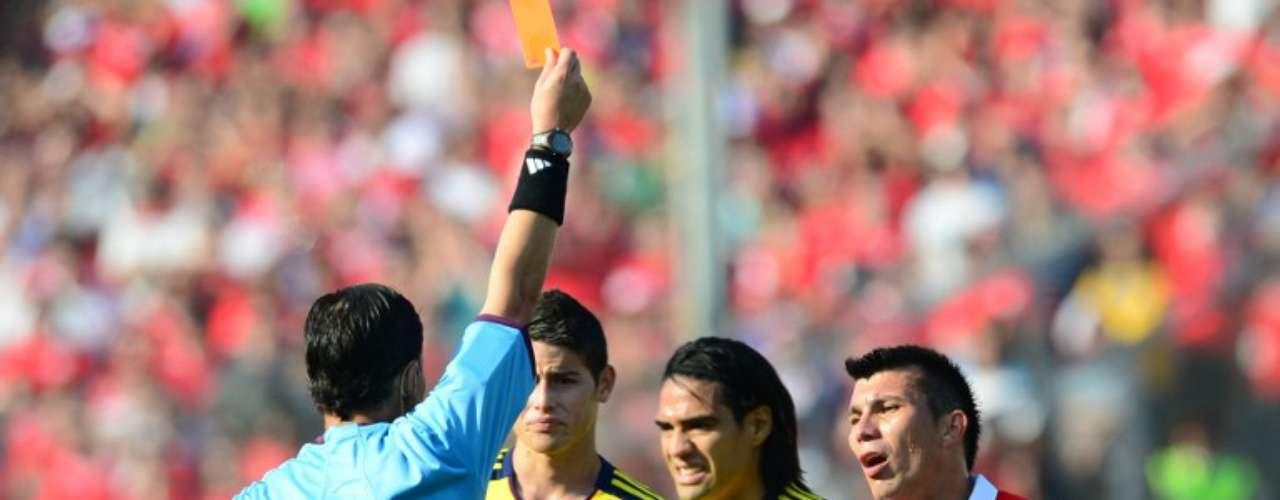 Gary Medel fue expulsado para Chile faltando pocos minutos para terminar el primer tiempo por agredir sin balón a Amaranto Perea