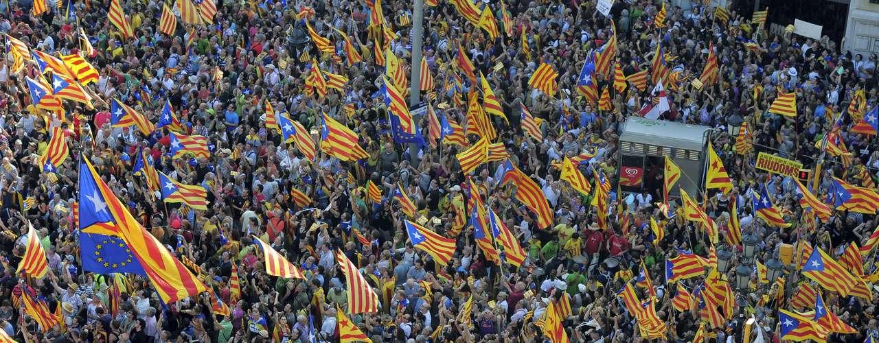 La marcha ha arrancado por el centro de una capital catalana colapsada de manifestantes y llena de 'estelades' y 'senyeres', en un ambiente festivo y reivindicativo.