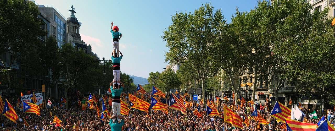 Un grupo de 'castellers' forma una columna humana durante la marcha.