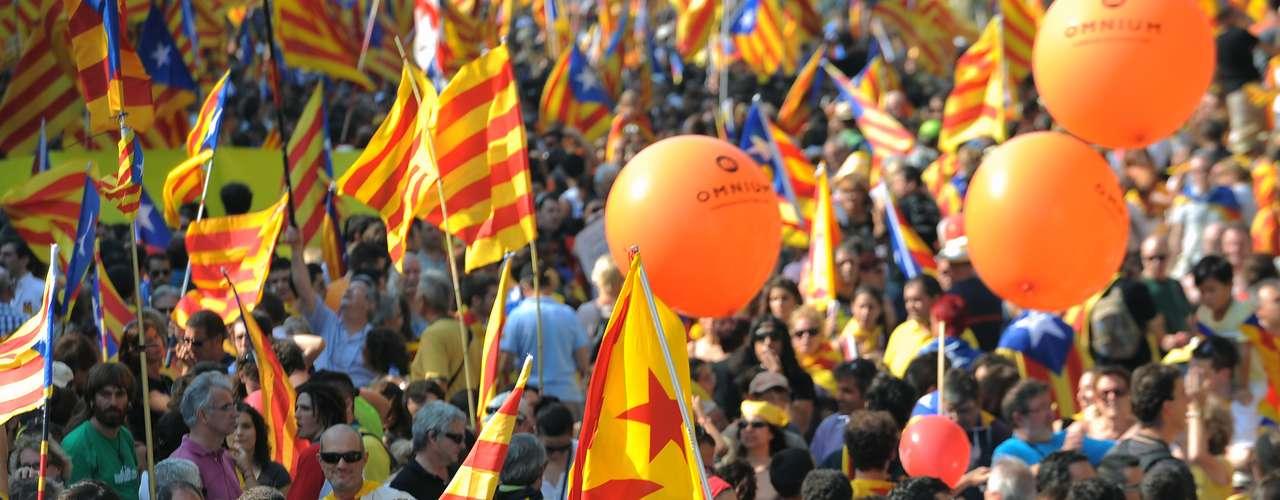 Unos manifestantes enseñan una pancarta en la que reclaman la independencia catalana...