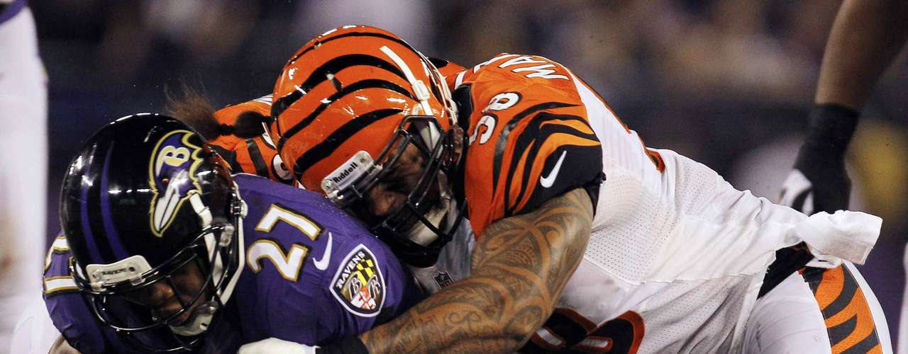 Cincinnati Bengals linebacker Rey Maualuga (R) tackles Baltimore Ravens running back Ray Rice (L) during the second half of their NFL football game in Baltimore September 10, 2012.