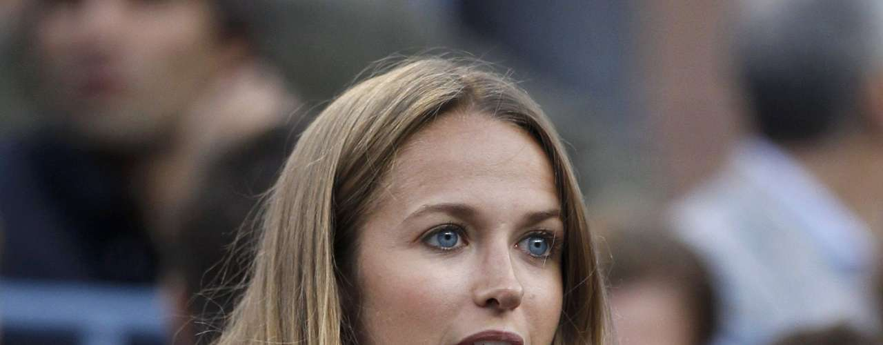 Kim Sears, girlfriend of Britain's Andy Murray, applauds during his men's final match against Serbia's Novak Djokovic at the U.S. Open tennis tournament in New York, September 10, 2012.