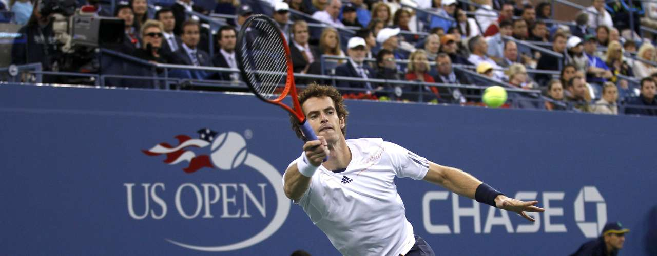Britain's Andy Murray returns to Serbia's Novak Djokovic during the men's singles final match at the U.S. Open tennis tournament in New York, September 10, 2012.