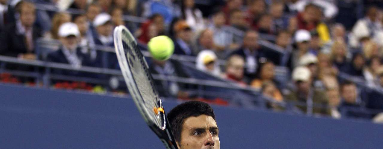 Serbia's Novak Djokovic returns to Britain's Andy Murray during the men's singles final match at the U.S. Open tennis tournament in New York, September 10, 2012.