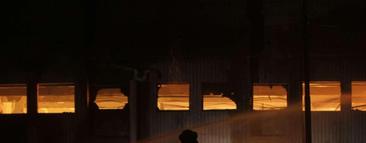 El más mortífero de los dos siniestros estalló el martes por la noche en una fábrica textil en la sureña ciudad de Karachi, el eje económico del país. La cifra de muertos allí llegó a 246 el miércoles, mientras los bomberos seguían batallando las llamas, dijo Tariq Kaleim, un médico en el Hospital Civil.