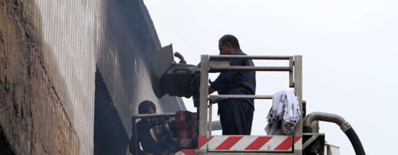 Las mayoría de las muertes fueron por asfixia, porque personas atrapadas en el sótano no pudieron escapar cuando se llenó de humo, dijo el jefe de bomberos de Karachi, Ehtisham-ud-Din. No había salidas de emergencia y las puertas que llevaban al sótano estaban cerradas, dijo. Es posible que el saldo de muertes aumente, porque las autoridades sospechaban que pudiera haber cadáveres aún en el sótano.