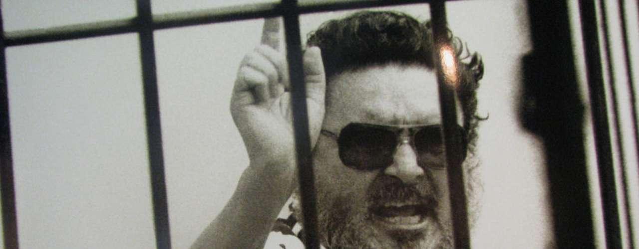 Imagen de Abimael Guzmán tras las rejas y en traje a reyas, presentado ante la prensa