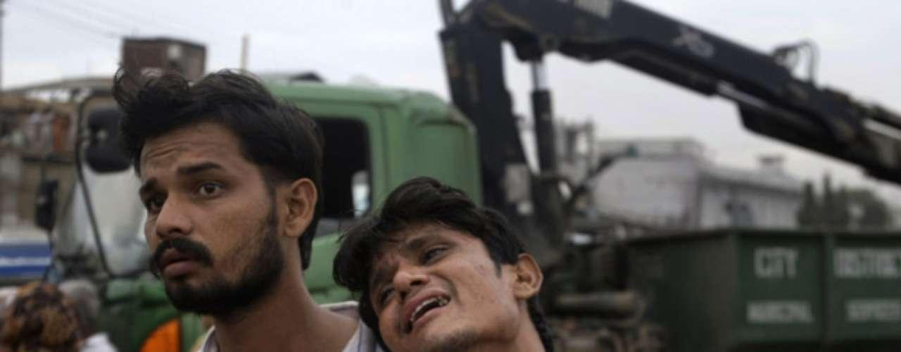 Pakistán sufre apagones generalizados y muchas personas usan generadores para alumbrar sus viviendas y operar sus negocios. El gobierno ha sido acusado de no generar suficiente electricidad.