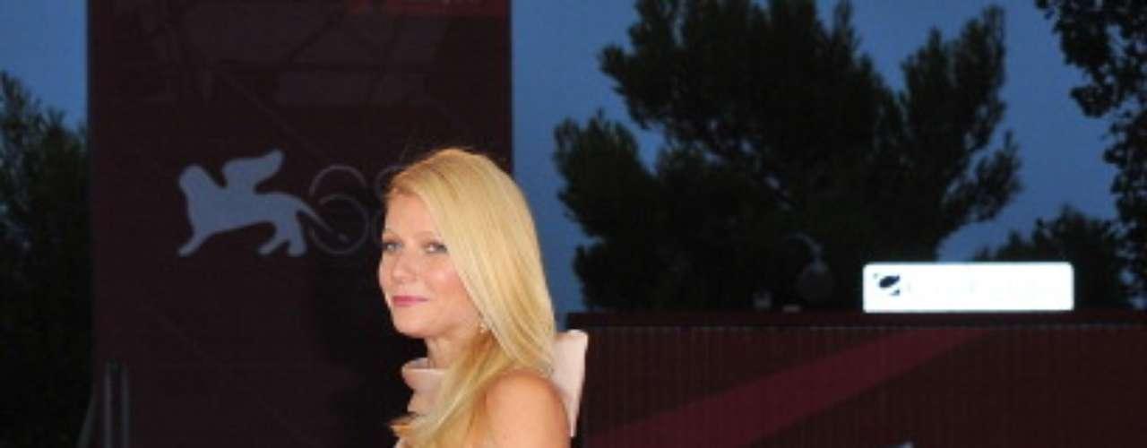 Muchos la comparan con Grace Kelly por su clase y belleza. A Gwyneth le encantan los trajes negros y los zapatos de tacon alto y grueso.