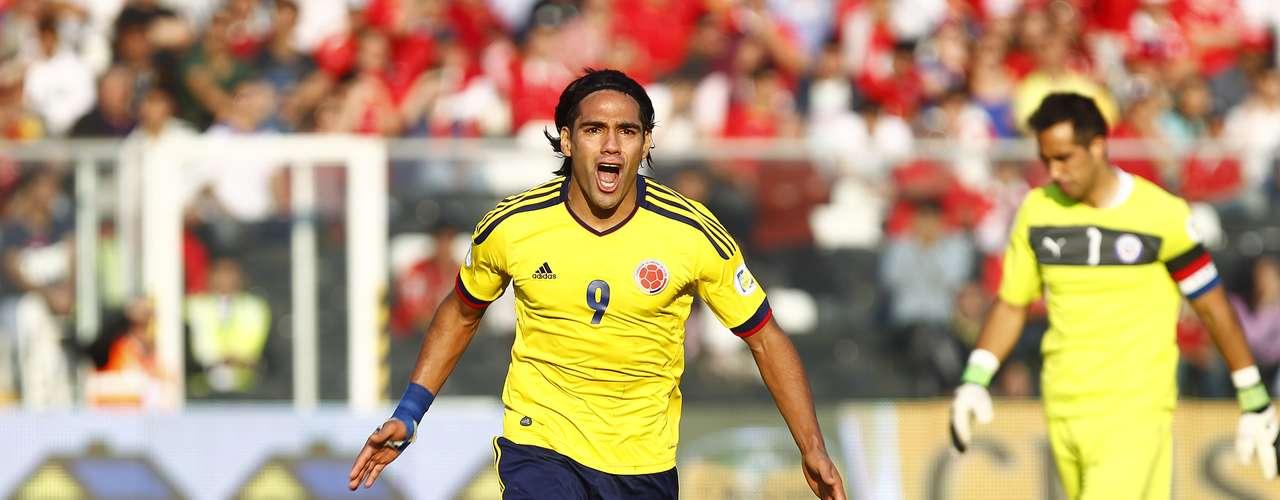 Colombia derrotó 3-1 a Chile en Santiago y llegó a 13 unidades para colocarse a un punto de Argentina.