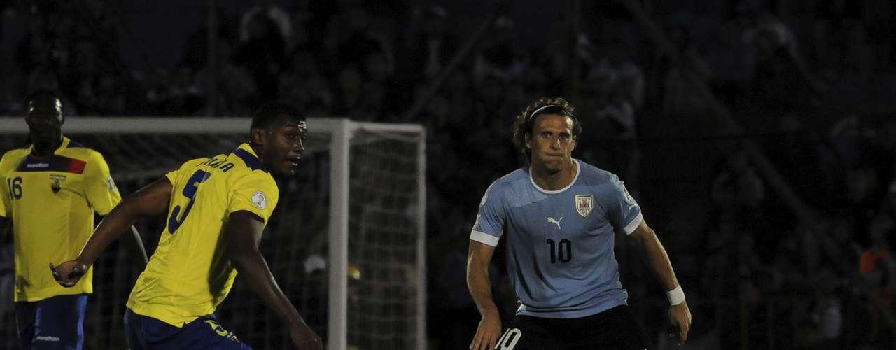 Uruguay y Ecuador empataron 1-1 con goles de Edison Cavani y Felipe Caicedo para mantenerse en zona de clasificación.