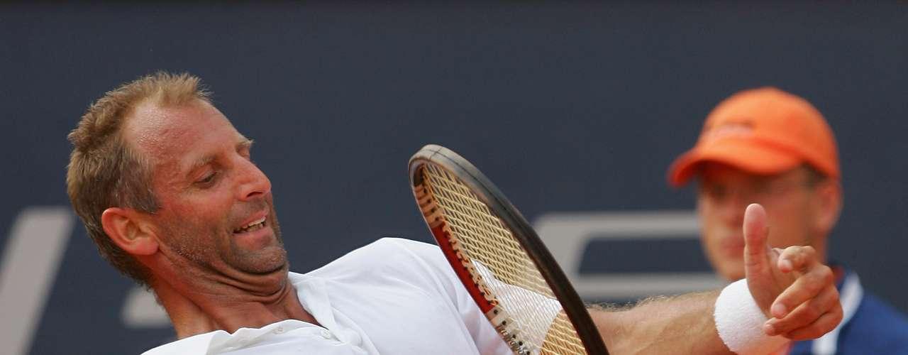 Thomas Muster, tenista austríaco que ganó varios títulos importantes como el Roland Garros, y tres Masters, entre otros. En 1996 logró el puesto Nº1 en el Ranking Mundial. Pero en 1989, antes de la final de Key Biscayne, en Florida, Estados Unidos, fue atropellado por un coche. Sufrió varias lesiones en las piernas, pero principalmente en la rodilla. Como Muster quería continuar con su entrenamiento, le construyeron una silla especial para practicar golpes con la pelota. En 1999 se retiró oficialmente, después de 14 temporadas como tenista profesional. Sin embargo, en 2010, a los 42 años, decidió volver a las canchas.