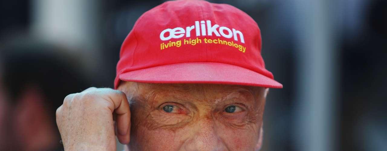 Niki Lauda, piloto austríaco de Fórmula Uno, campeón del mundo en 1975, 1977 y 1984. En 1976, en el Grand Prix de Alemania, el corredor sufrió un accidente. Su auto se quemó y Niki Lauda quedó en medio de las llamas. Sufrió quemaduras de primer y tercer grado en la cabeza y en las manos; además, inhaló gases tóxicos, que dañaron sus pulmones y sangre. Su rostro quedó desfigurado, pero Lauda volvió a las pistas, seis meses después del accidente.