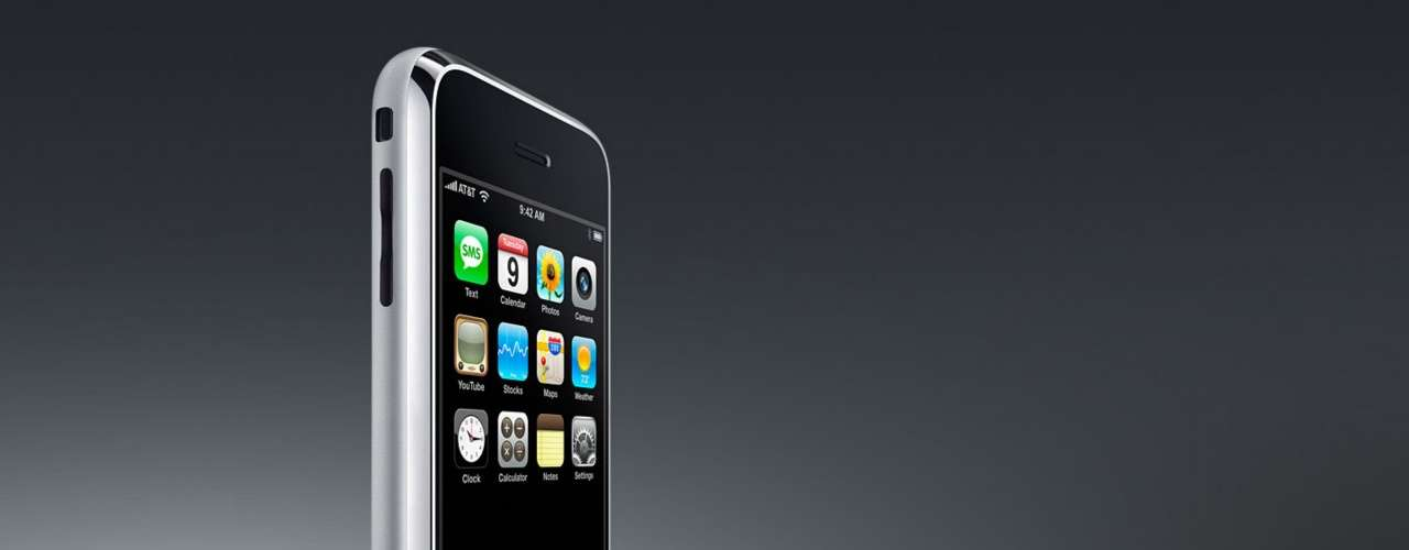 Steve Jobs presentó el primer iPhone el 9 de enero de 2007 y comenzó a comercializarse en Estados Unidos el 29 de junio de ese año. Este nuevo terminal, diseñado para revolucionar el sector de los dispositivos móviles, era más intuitivo que el resto de teléfonos, no poseía un teclado físico y apostaba por una pantalla multitáctil de 3,5 pulgadas.