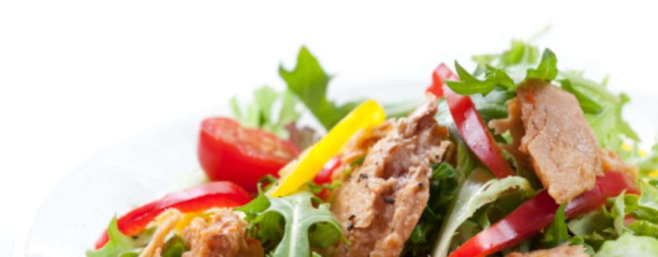 Buscar el equilibrio. Si por la noche se disfruta de una cena abundante, es recomendable comer en menor cantidad el resto del día, es decir hacer un desayuno y una comida ligera, por ejemplo: Desayuno: plato de cereal con fruta y un vaso de leche. Refrigerio: elegir refrigerios bajos en grasa y azúcar como frutas o verduras picadas, jugos naturales de fruta/verdura, etc. Comida: ensalada de verduras con atún o ensalada de lechuga con pollo a la plancha, una manzana y agua fresca con poca azúcar.