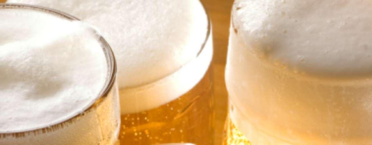 Limitar la cantidad de bebidas alcohólicas. Preferir bebidas que van acompañadas con agua mineral o refresco sin calorías. El alcohol brinda 7 calorías por gramo a diferencia de los carbohidratos o proteínas que sólo dan 4 calorías por gramo.