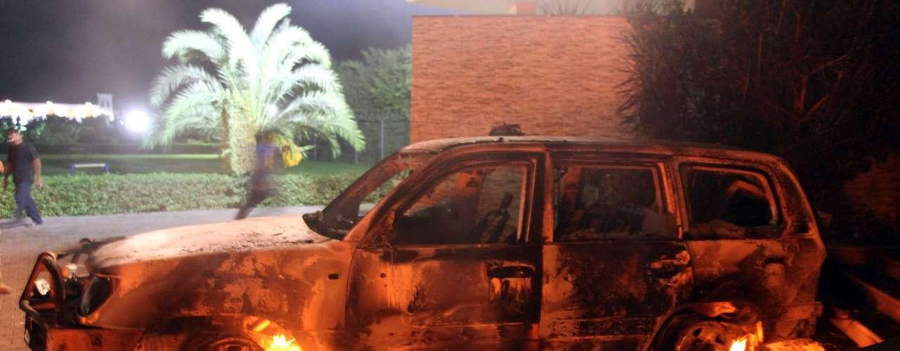 Los libios amanecieron el miércoles entre fuego, humo y sangre. En un ataque contra el consulado de EE.UU. en Bengasi, mueren el embajador, Chris Stevens, y otros tres ciudadanos estadounidenses. El suceso tuvo repercusión a nivel internacional y el presidente Barack Obama condenó el suceso, y pidió además, máxima seguridad en sus sedes diplomáticas.