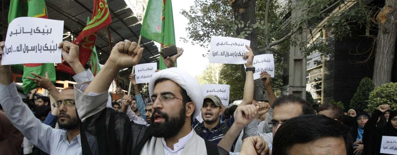 En tanto un grupo de manifestantes pidió este jueves la pena de muerte para el autor del video contra el Islam difundido en Estados Unidos, en una concentración frente a la Embajada de Suiza en Teherán, que alberga la sección de intereses estadounidense en Irán.