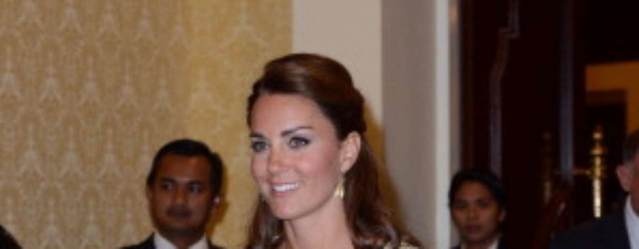 Con este hermoso diseño con toques dorados y en transparencias Kate asistió a una cena.