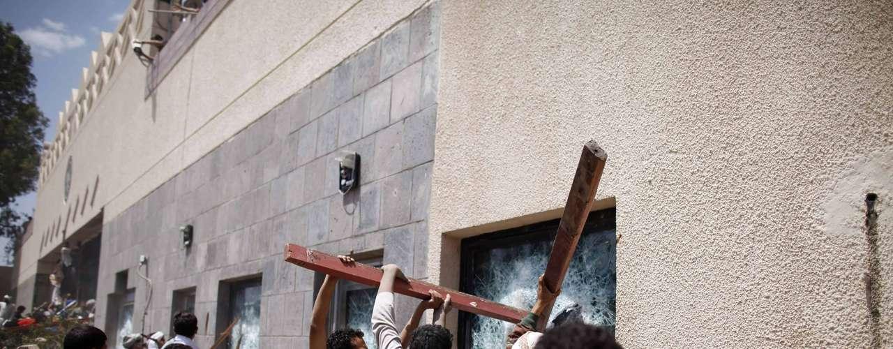 Los manifestantes derribaron la puerta principal del complejo de la legación diplomática, donde también se ubica la residencia del embajador. Dentro del recinto, solo alcanzaron el patio interior ya que no consiguieron entrar en ninguno de los edificios del complejo, aunque lograron quemar varios vehículos diplomáticos y romper los cristales de las ventanas de algunos inmuebles.