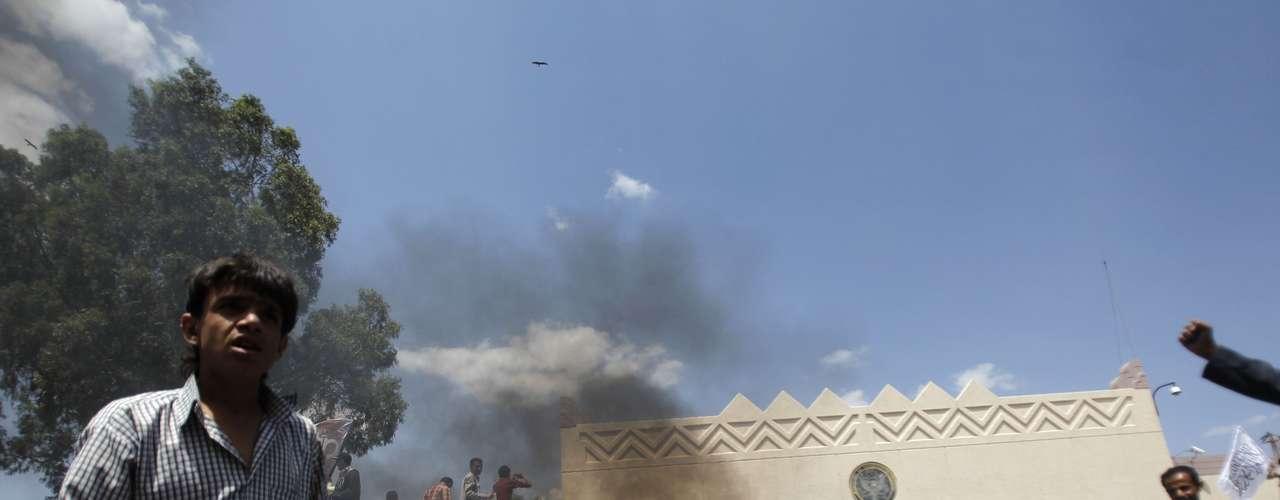 Los marines de la Embajada dispararon al aire para dispersar a los manifestantes, mientras la policía antidisturbios yemení lanzaba gases lacrimógenos y empleaba cañones de agua para echar a los participantes en la protesta. Al menos diez personas han resultado heridas.