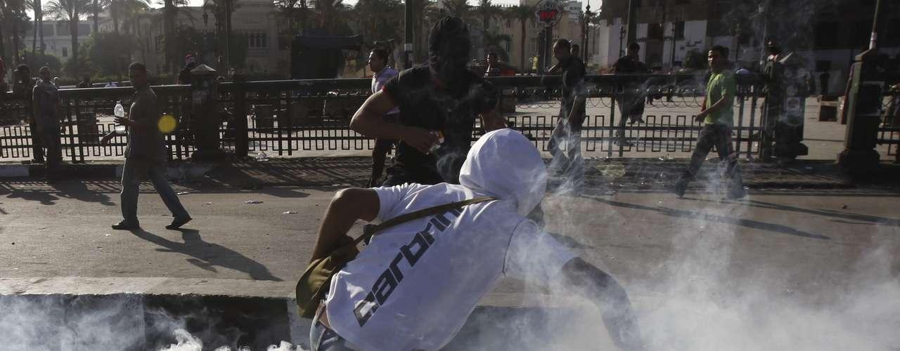 Por su parte en El Cairo decenas de personas resultaron heridas en los enfrentamientos entre policías y manifestantes que se registran desde la madrugada de este jueves en los alrededores de la embajada de Estados Unidos, según informó el Ministerio de Sanidad.