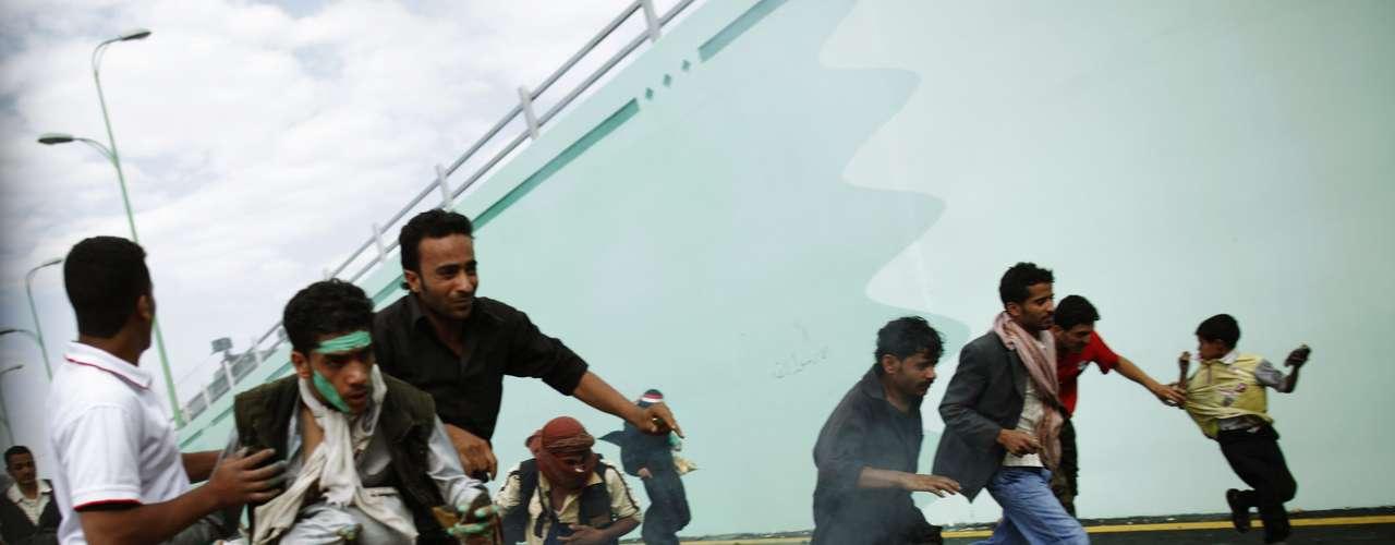 Este jueves la furia islámica se extendió a Yemen en donde centenares de manifestantes lograron irrumpir brevemente en la Embajada estadounidense en Saná, durante una protesta contra el video sobre el profeta Mahoma y el Islam, considerado blasfema por los musulmanes.