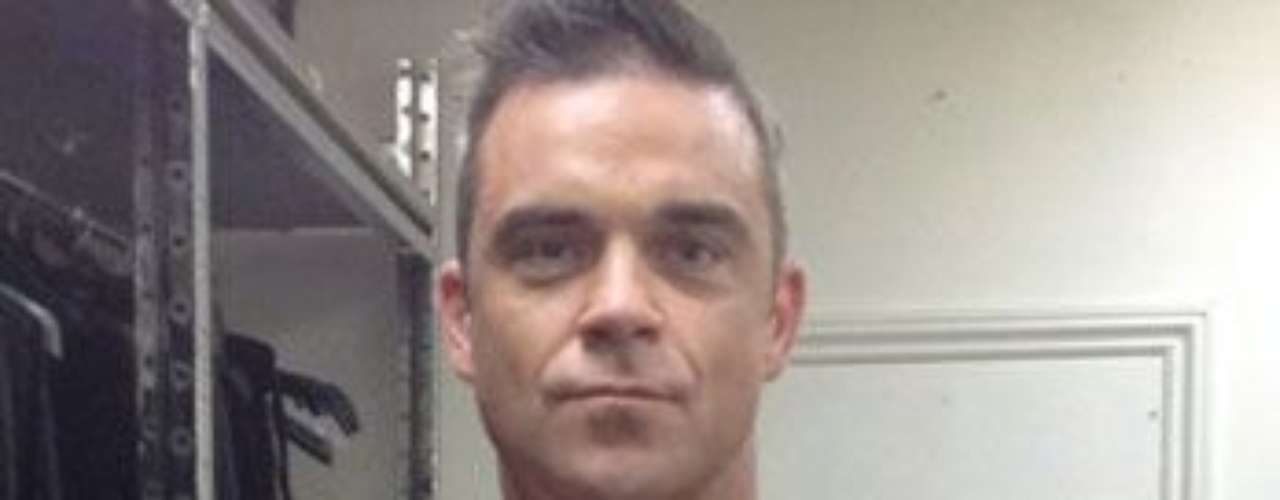 Beef castle Robbie Williams let us know he and his tats are aging gracefully in a recent photo.