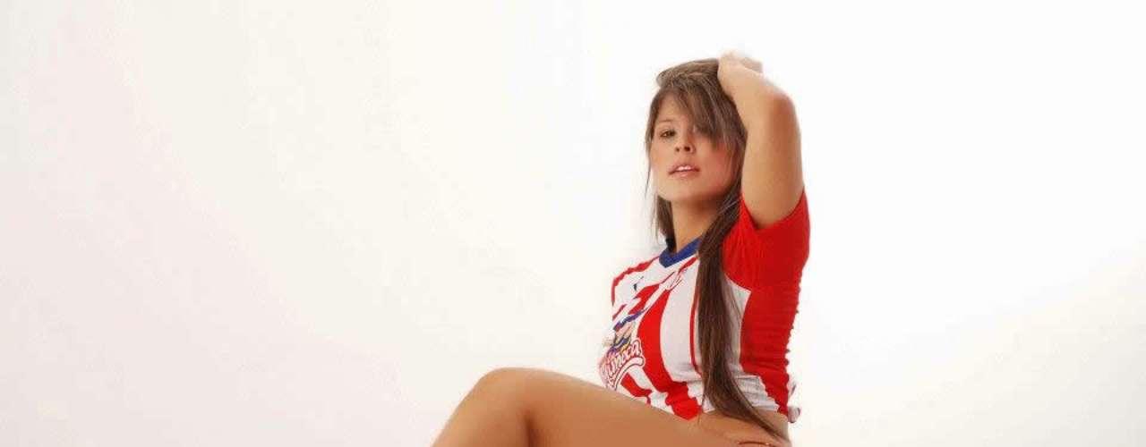 Ella es Johanna Maldonado, curvilínea cheerleaders que con su belleza y figura deja sin aliento a los hinchas del cuadro colombiano que asiste cada fin de semana al estadio.