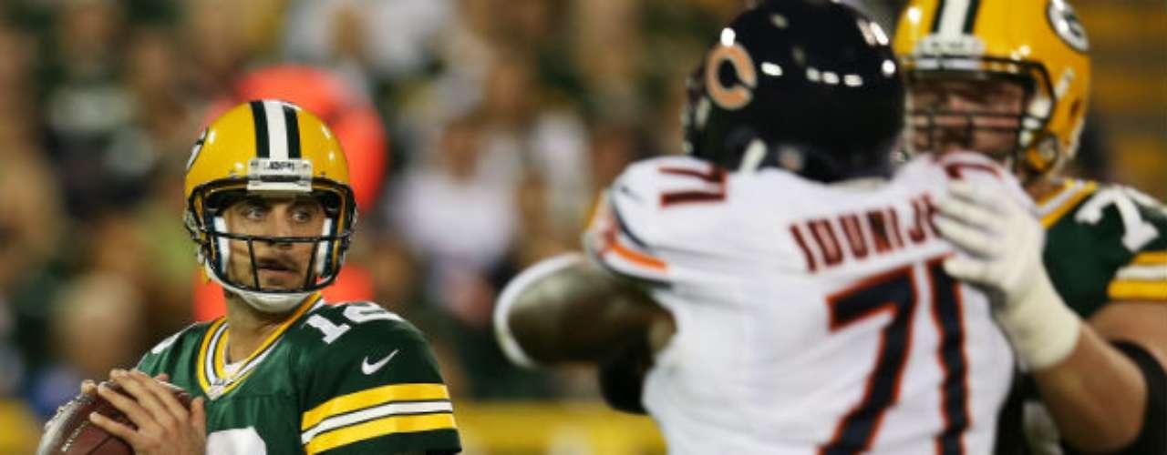 El mariscal de Packers, Aaron Rodgers, lanzó en la primera mitad para 128 yardas, pero sin anotación.